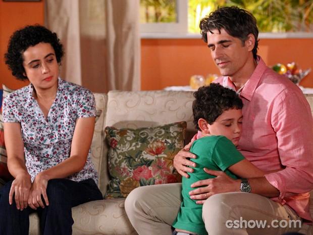 Filho de doador pede para ouvir coração do pai no peito de Cadu (Foto: Carol Caminha/TV Globo)