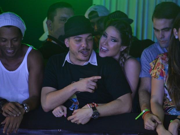 Ronaldinho Gaúcho e Wesley Safadão com a mulher, Thyane Dantas, em micareta em Fortaleza, no Ceará (Foto: Felipe Souto Maior/ Ag. News)