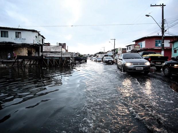Avenida fico alagada após o nível da lagoa subir (Foto: Jonathan Lins/G1)