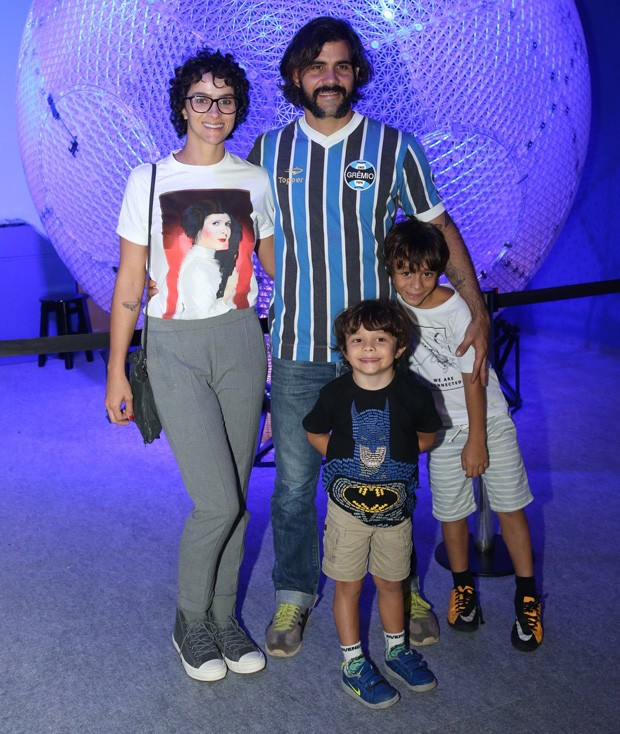 Juliano Cazarré e Letícia Cazarré com os filhos (Foto: Reginaldo Teixeira / CS Eventos)