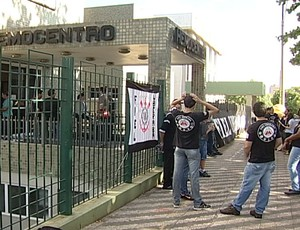 Torcedores participaram de ação solidária (Foto: Reprodução/TV Integração)