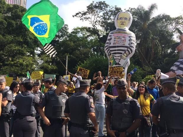 Manifestantes ffavoráveis à prisão de Lula, Renan Calheiros e Sarney (Foto: Lívia Machado/G1)