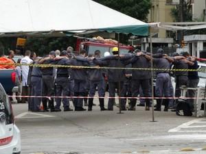 Bombeiros se reuniram para orarar após os trabalhos terem sido encerrados em Santos, SP (Foto: Roberto Strauss / G1)