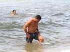 Ronaldo curte dia de sol na praia e é tietado por fãs