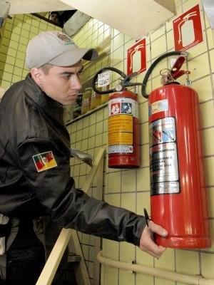 Bombeiro vistoria equipamento proteção contra incêndio (Foto:  Vanessa Silva/Divulgação PMPA)