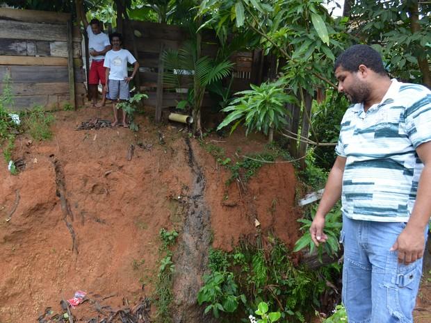 aulo Sergio mostra buraco que causa apreensão das famílias na região (Foto: Eliete Marques/G1)