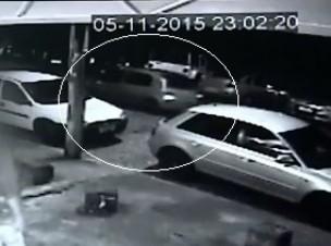 Imagens mostram carro usado pelos assaltantes passando perto do local do crime (Foto: Câmeras de segurança)