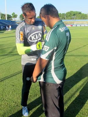 Torcedor do Palmeiras Alex Barros no Paraguai com Fernando Prass (Foto: Marcelo Prado / globoesporte.com)