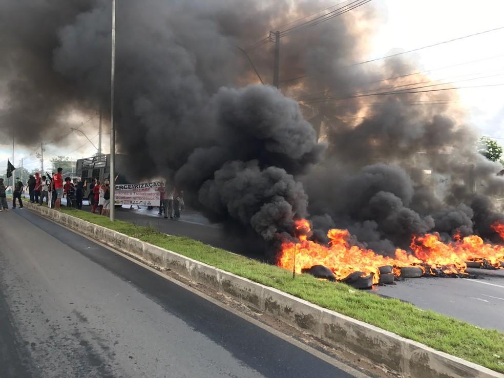 Avenida Cruz das Armas foi bloqueada na setxa-feira (28)  (Foto: Walter Paparazzo/G1)