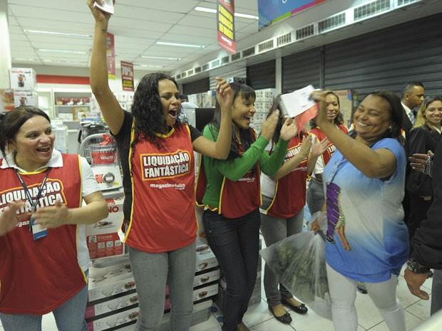 Primeira da fila comemora entrada em loja para liquidação do Magazine Luiza (Foto: Flávio Moraes/G1)