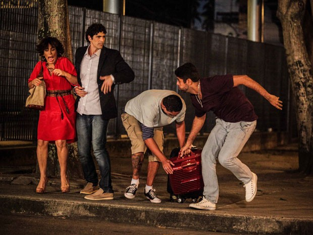 Roberta e Nando são assaltados e têm as malas roubadas (Foto: Guerra dos Sexos/TV Globo)