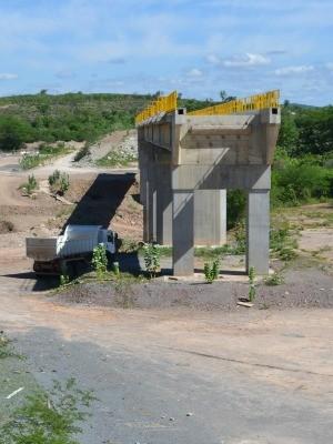 """A """"Ponte 1"""", último trecho construído via no Ceará, liga """"o nada a lugar nenhum"""" (Foto: André Teixeira/G1)"""