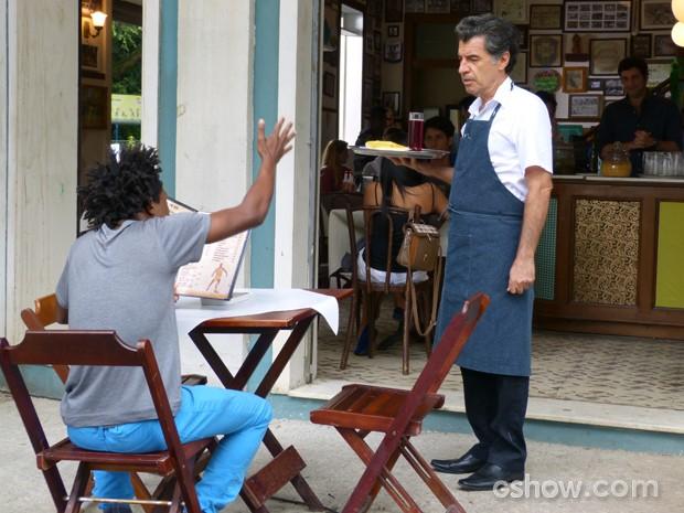 Cliente comemora atendimento de Caetano (Foto: Malhação / TV Globo)