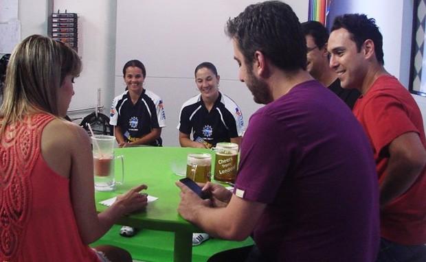 Priscilinha e Bagé aguardando a gravação do programa (Foto: Filipe Rodrigues/Globoesporte.com)