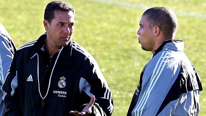 Ronaldo ao lado de Luxemburgo em 2004 (Foto: AFP)