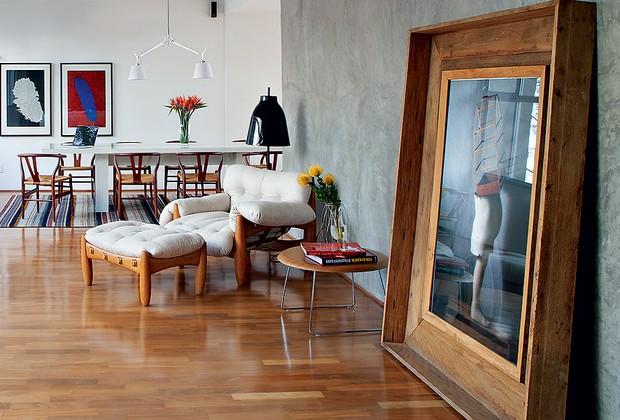 Com quadros muito grandes, considere apoi�-los no ch�o, como na decora��o assinada pelo designer Paulo Azeco. A foto de Cholito Chowe recebeu moldura larga de madeira de demoli��o (Foto: Lufe Gomes/Casa e Jardim)