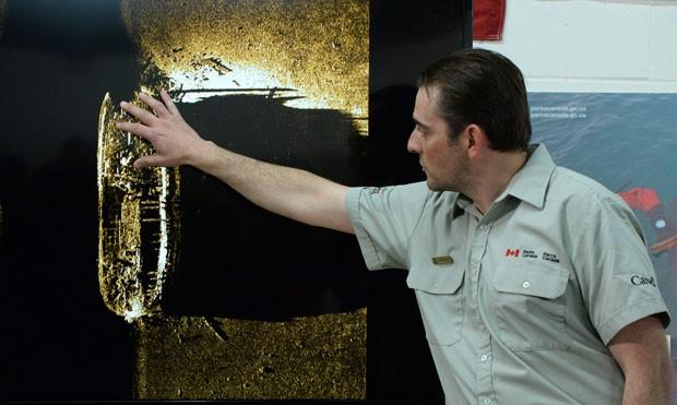 O pesquisador Ryan Harris explica a descoberta da embarcação durante apresentação (Foto: AP Photo/The Canadian Press, Sean Kilpatrick)