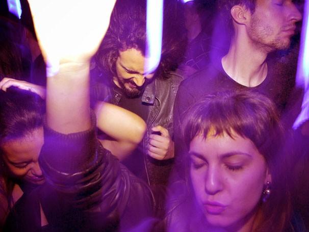 Teatro de imersão: elenco e público dividem  o palco em 'Fortes Batidas' (Foto: Paulo Chiareli )