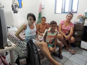 A autônoma Cristiane divide sala com pai e três filhos no Cras de Mãe Luiza (Foto: Felipe Gibson/G1)