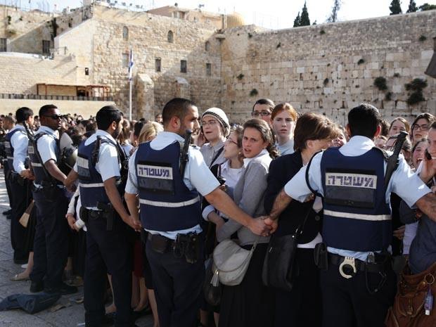 Policiaismantêm à distância cerca de mil ortodoxos das mulheres judiais que faziam orações (Foto: AFP)