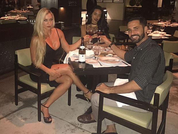 Latino com Jéssica Rodrigues e a filha Dayanna Maia em restaurante na Zona Oeste do Rio (Foto: Fabiano Rodrigues/ MF Press Global/ Divulgação)