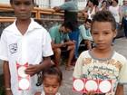 Crianças brincam com material de campanha  (Flávio Antunes/G1)