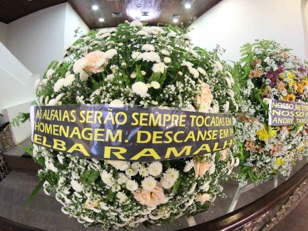 Coroa de flores enviada por Elba Ramalho ao velório de Naná Vasconcelos (Foto: Aldo Carneiro/Pernambuco Press)