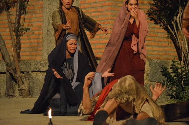 Carol CAstro em cena na 'Paixão de Cristo' (Foto: Felipe Souto Maior / AgNews)