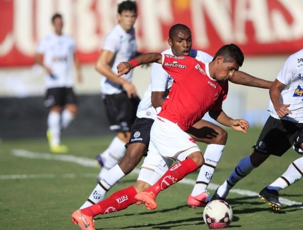 Pedro Júnior disputa jogada contra o Tupi-MG (Foto: Cristiano Borges / O Popular)