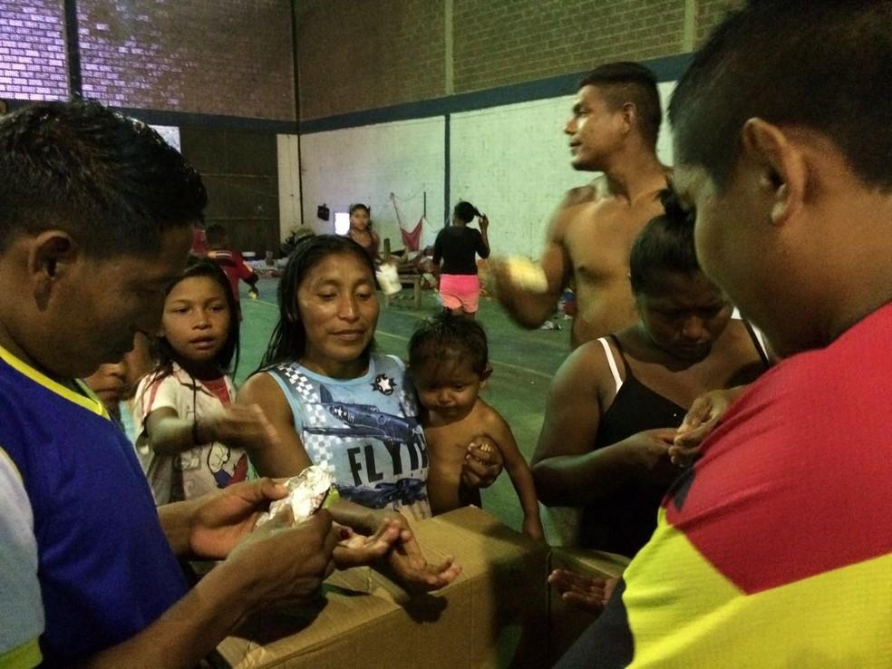 Venezuelanos ganham pães doados para abrigo que funciona na capital há sete meses (Foto: Emily Costa/G1 RR)