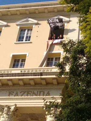 Estudantes estenderam faixa na janela da Secretaria da Fazenda (Foto: Dayanne Rodrigues/RBS TV)