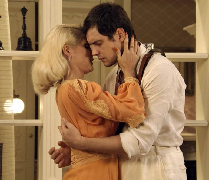 Sandra abraça e tenta beijar Candinho (Foto: TV Globo)