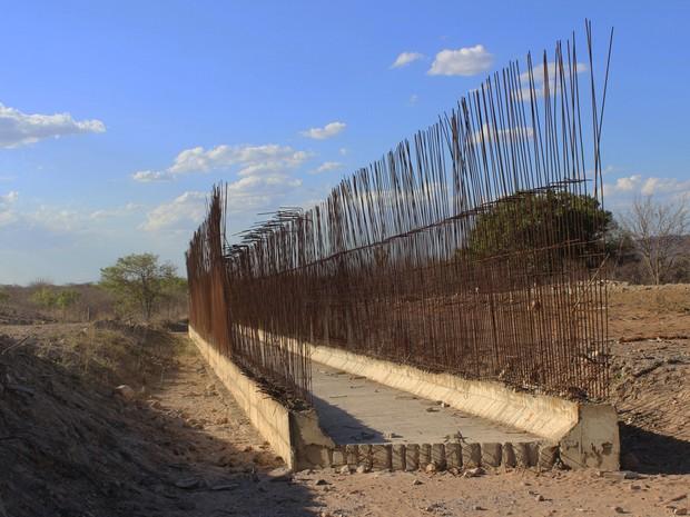 Estrutura está abandonada até a retomada dos trabalhos da ferrovia (Foto: Patrícia Andrade/G1)