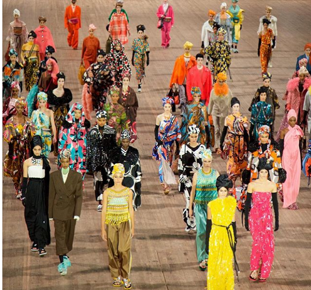 O show ultracolorido de Marc Jacobs e o silêncio que dominou a cena (Foto: Reprodução Instagram)