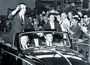 Juscelino Kubitschek na inauguração da representação  da Volkswagen no Brasil, em 1959. (Foto: folha.uol.com.br)