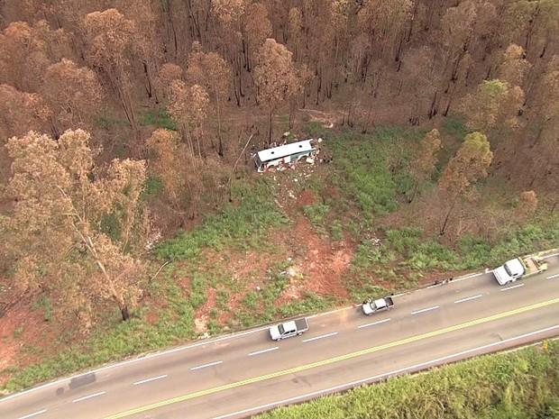 Ônibus caiu de ribanceira, em Bela Vista de Minas. (Foto: Reprodução/TV Globo)