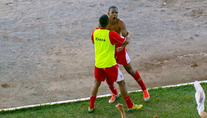 Alexandre comemora gol do Boa Esporte (Foto: Devanir Gino / EPTV)