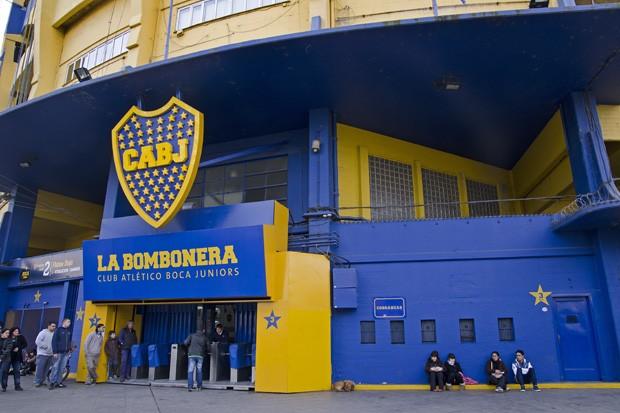 O estádio azul e amarelo foi construído entre as casas do bairro La Boca e, por fora, parece um antiga caixa de bombom (Foto: © Haroldo Castro / ÉPOCA)