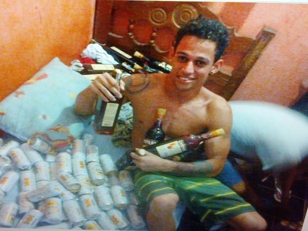 Preso se exibe com bebidas alcoólicas  (Foto: Divulgação/)