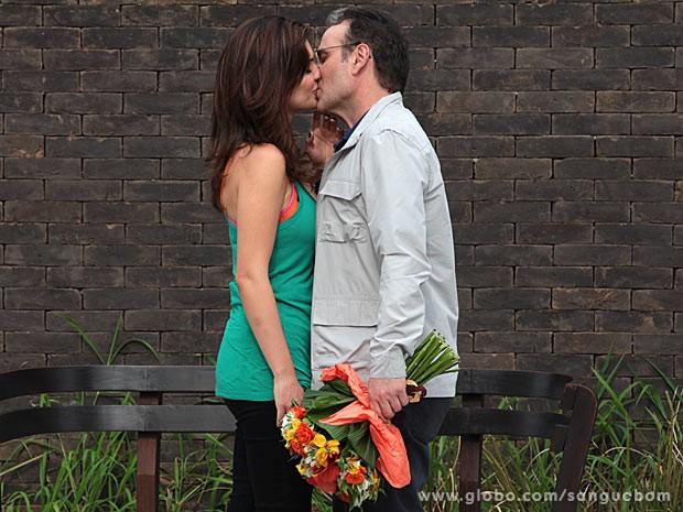 Charlene e Wilson se beijam e começam a namorar (Foto: Sangue Bom / TV Globo)