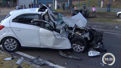 Acidente entre três carros deixa quatro pessoas feridas em Jacareí, SP