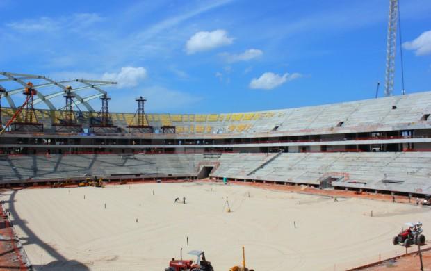 Assentos começam a ser colocados em obra da Arena da Amazônia (Foto: Alírio Lucas)