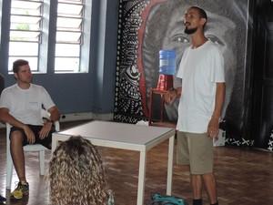 Sérgio Oliveira conta que se envolveu com grafite quando criança (Foto: Paola Patriarca/G1)