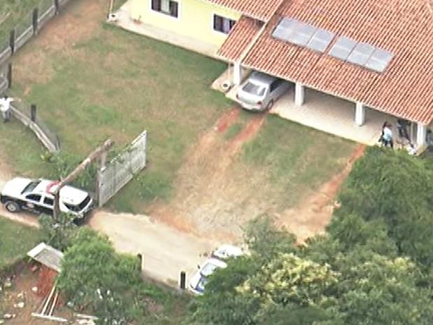 Peritos fazem reconstituição no local onde o corpo de Matsunaga foi encontrado (Foto: Reprodução/TV Globo)