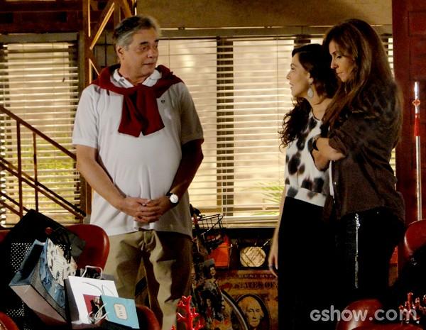 Marina apresenta Clara para o pai e fica na expectativa da reação (Foto: Em Família / TV Globo)