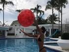 Mayra Cardi mostra barriga negativa em tarde de brincadeira na piscina