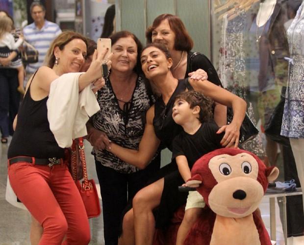 Juliana Paes e Antonio com fãs (Foto: Agnews)