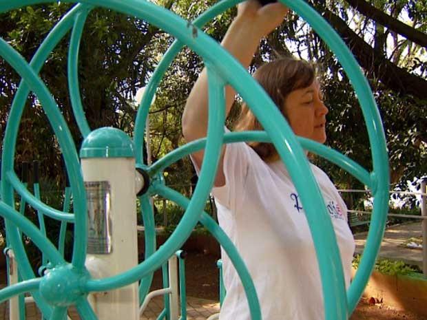 Mulher pratica exercício físico em academia pública em Campinas (Foto: Reprodução EPTV)