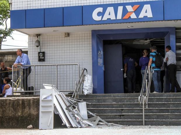 Estrutura da agência ficou danificada após ação dos suspeitos (Foto: Aldo Carneiro/Pernambuco Press)