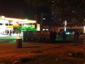 PM realiza bloqueio em rua próxima à Câmara Municipal de Natal #RevoltadoBusão (Foto: Igor Jácome/G1)